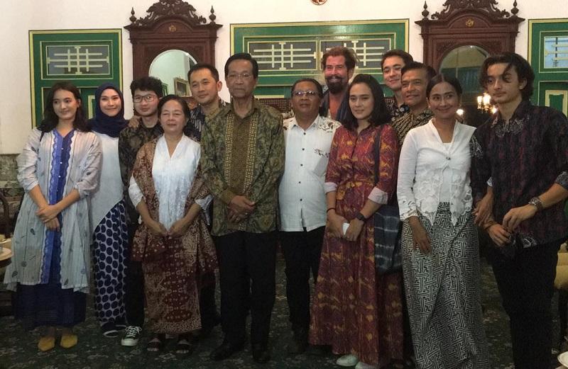 https: img-z.okeinfo.net content 2019 08 14 206 2091916 sri-sultan-hamengkubuwono-x-puas-tonton-film-bumi-manusia-GRs2yoEspM.jpg
