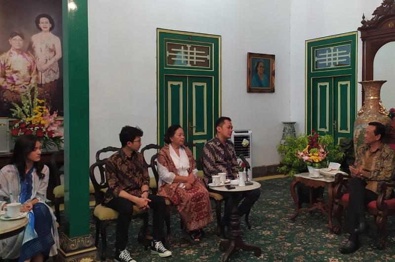 https: img-z.okeinfo.net content 2019 08 14 206 2091920 bertemu-hanung-sri-sultan-hb-x-ungkap-mimpi-bangun-sekolah-film-di-yogya-6bzdTZP8yN.jpg