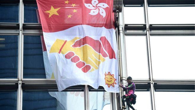 https: img-z.okeinfo.net content 2019 08 16 18 2092778 spiderman-prancis-panjat-dan-gelar-spanduk-perdamaian-di-gedung-pencakar-langit-hong-kong-8y2Gnafixl.jpg