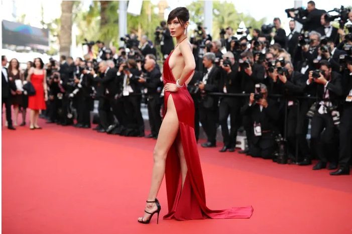https: img-z.okeinfo.net content 2019 08 16 194 2092866 momen-celana-dalam-bella-hadid-mengintip-di-red-carpet-QZO5DV1LcB.jpg
