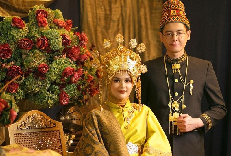 https: img-z.okeinfo.net content 2019 08 16 33 2092724 mohon-izin-menikah-pada-orangtua-cut-meyriska-berurai-air-mata-9oSmconZqC.jpg