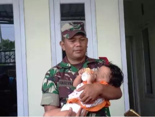 https: img-z.okeinfo.net content 2019 08 16 519 2092666 bayi-yang-peluk-jasad-ayahnya-yang-sudah-3-hari-meninggal-akan-dirawat-budenya-konDmwvfe6.jpg