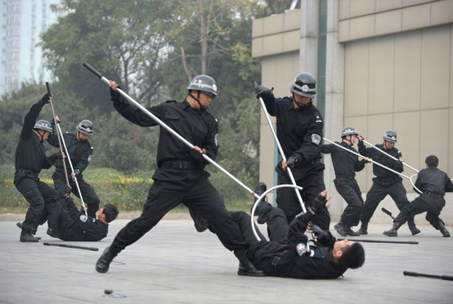 https: img-z.okeinfo.net content 2019 08 17 18 2093180 militer-china-berlatih-menggunakan-garpu-listrik-untuk-atasi-pedemo-MO8VYYRaot.jpg