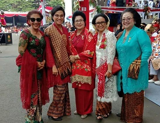 https: img-z.okeinfo.net content 2019 08 17 320 2093210 berkacamata-hitam-ini-potret-susi-pudjiastuti-bersama-istri-menteri-di-istana-9YAyUXjTQR.png