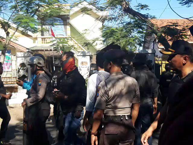 https: img-z.okeinfo.net content 2019 08 17 519 2093280 polisi-tembakkan-gas-air-mata-ke-asrama-mahasiswa-papua-di-surabaya-43-orang-diamankan-4dtOaXesVL.jpg
