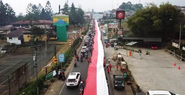 https: img-z.okeinfo.net content 2019 08 18 338 2093410 ribuan-warga-puncak-arak-bendera-merah-putih-sepanjang-400-meter-q3focr3XwH.jpg