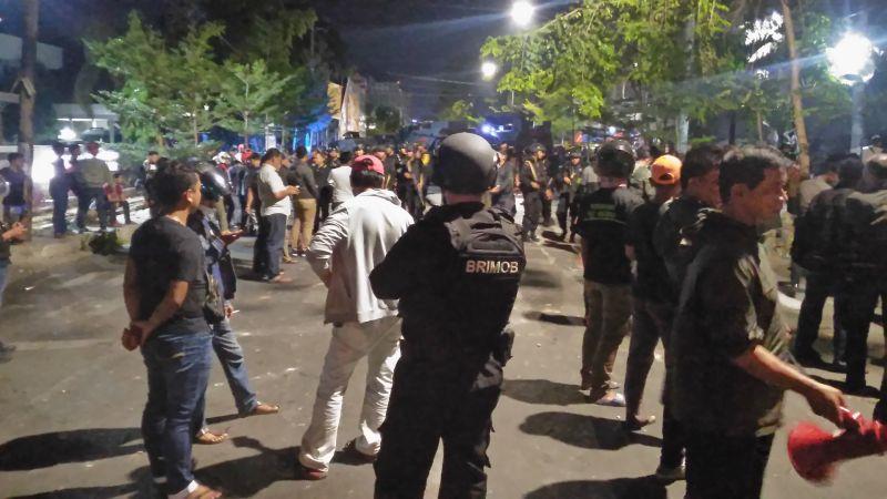 https: img-z.okeinfo.net content 2019 08 19 609 2094044 dirusak-polisi-jaga-ketat-asrama-mahasiswa-papua-di-makassar-lkiorZ4AZF.jpg