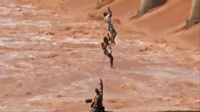 https: img-z.okeinfo.net content 2019 08 20 18 2094424 momen-dramatis-prajurit-india-selamatkan-dua-pemancing-terjebak-luapan-sungai-L7Bd9LQ1fz.jpg