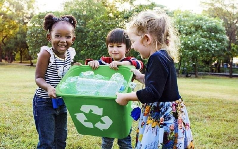 https: img-z.okeinfo.net content 2019 08 22 612 2095278 peduli-lingkungan-ini-tips-ajak-anak-bijak-berplastik-SInSOl2UNT.jpg