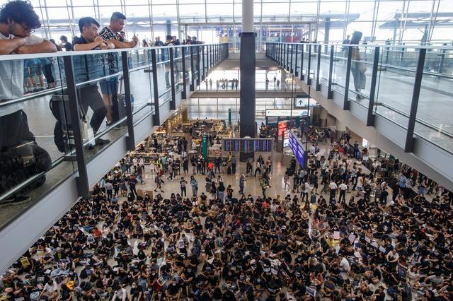 https: img-z.okeinfo.net content 2019 08 23 18 2095712 bandara-hong-kong-jadi-target-demonstran-pekan-ini-0Xzz62pfPd.jpg