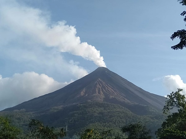 https: img-z.okeinfo.net content 2019 08 25 340 2096461 gunung-karangetang-luncurkan-lava-panas-warga-sekitar-dievakuasi-W7hfr1FcGt.jpg