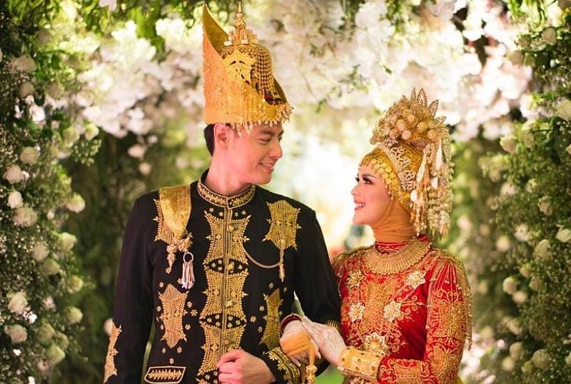 https: img-z.okeinfo.net content 2019 08 26 33 2096789 fakta-menarik-resepsi-pernikahan-roger-danuarta-cut-meyriska-pqXbS19CNQ.jpg
