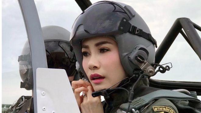 https: img-z.okeinfo.net content 2019 08 27 18 2097080 istana-thailand-rilis-foto-foto-langka-selir-raja-maha-vajiralongkorn-0yN9JuMNij.jpg