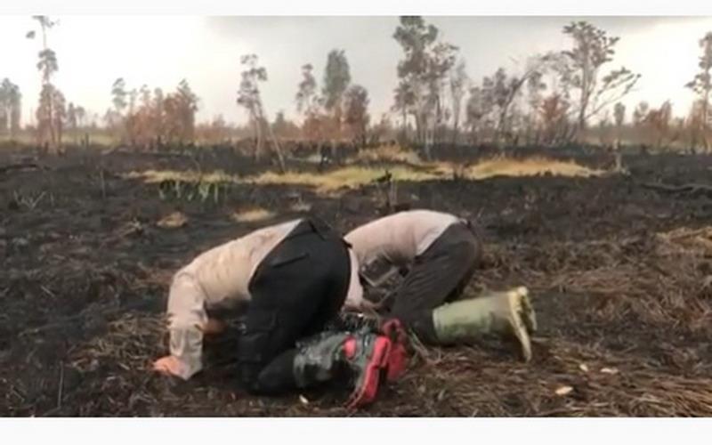 https: img-z.okeinfo.net content 2019 08 28 340 2097632 viral-2-polisi-sujud-di-lahan-bekas-kebakaran-usai-turun-hujan-YQapfGIIJs.jpg