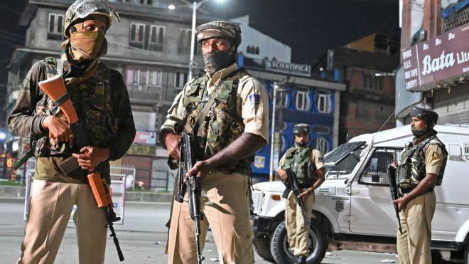 https: img-z.okeinfo.net content 2019 08 30 18 2098502 tentara-india-dituduh-aniaya-warga-kashmir-dengan-tongkat-dan-setrum-listrik-sRmG1JigUd.jpg
