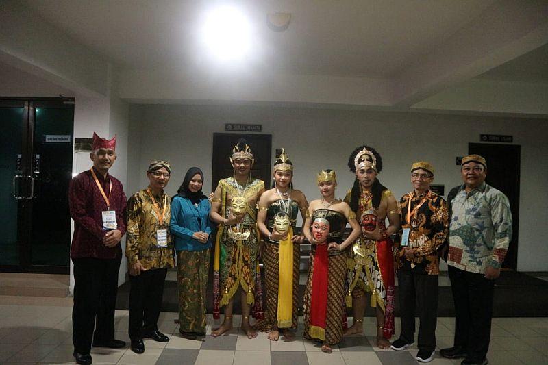 https: img-z.okeinfo.net content 2019 08 30 65 2098495 delegasi-fib-uns-raih-penampil-budaya-terbaik-di-malaysia-VkxP2v2bjC.jpg