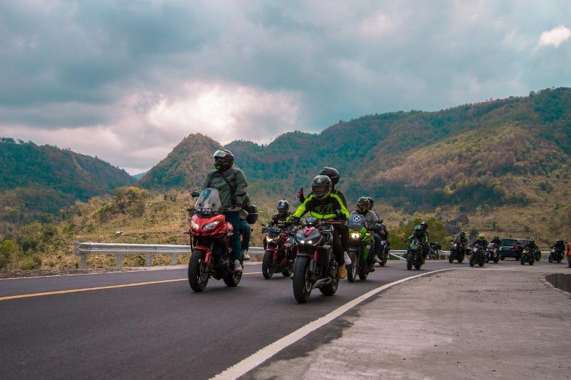 https: img-z.okeinfo.net content 2019 08 31 199 2098948 touring-sejauh-1-230-km-ratusan-bikers-kampanyekan-safety-riding-di-jalan-OSLGpjQeRv.jpg