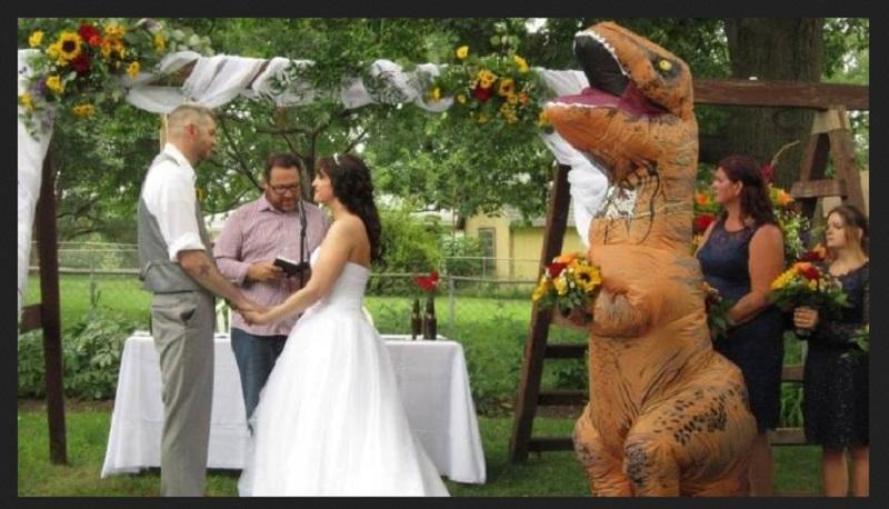 https: img-z.okeinfo.net content 2019 09 04 194 2100644 kisah-viral-mempelai-wanita-didampingi-t-rex-saat-menikah-sAclrtYdQt.jpg