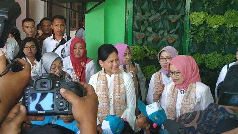 https: img-z.okeinfo.net content 2019 09 05 337 2101026 iriana-jokowi-dan-mufidah-jk-kampanye-pencegahan-stunting-di-jawa-tengah-4TWKfpApTO.jpeg