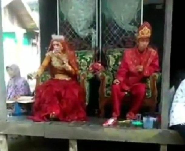 https: img-z.okeinfo.net content 2019 09 05 612 2101231 viral-video-pengantin-perempuan-lebih-garang-daripada-lakinya-KkZgwpbIIS.jpg