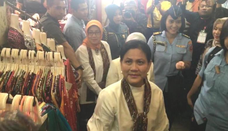 https: img-z.okeinfo.net content 2019 09 06 337 2101361 iriana-jokowi-belanja-batik-di-pasar-beringharjo-uDVnafgIfg.jpg