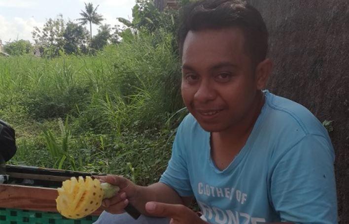 https: img-z.okeinfo.net content 2019 09 10 510 2102804 kisah-pemuda-asal-ntt-jualan-nanas-madu-demi-raih-gelar-sarjana-QI5VXUZvzP.JPG