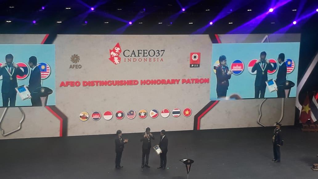 https: img-z.okeinfo.net content 2019 09 11 320 2103374 presiden-jokowi-raih-penghargaan-the-afeo-distinguished-honorary-patron-award-CbvRZY7w9p.jpeg