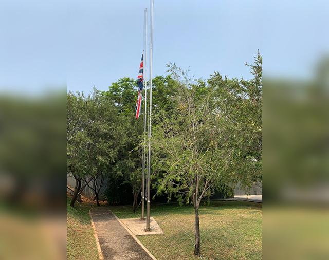 https: img-z.okeinfo.net content 2019 09 12 18 2103920 bj-habibie-wafat-kedubes-inggris-kibarkan-bendera-setengah-tiang-AhXQCV1C0T.jpg