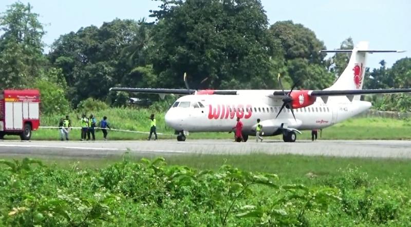 https: img-z.okeinfo.net content 2019 09 13 340 2104387 roda-depan-rusak-pesawat-wings-air-mendarat-darurat-di-bandara-nabire-Mxj4pwUG7e.jpg