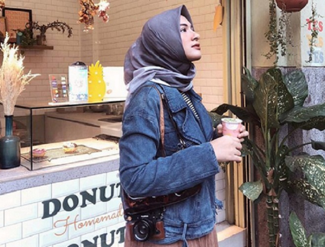 https: img-z.okeinfo.net content 2019 09 13 617 2104370 4-inspirasi-gaya-hijab-traveling-ala-bella-attamimi-yang-bikin-selfie-kamu-makin-trendi-yjeFQlB6kg.jpg