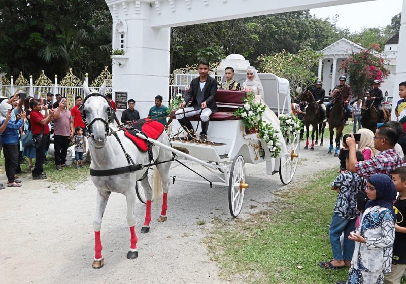 https: img-z.okeinfo.net content 2019 09 16 194 2105485 intip-pernikahan-ala-princess-warga-malaysia-bak-di-negeri-dongeng-Ji298QQBXW.jpg