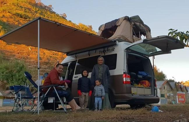 https: img-z.okeinfo.net content 2019 09 16 406 2105639 kisah-donny-kris-traveling-keliling-indonesia-bersama-keluarga-dengan-campervan-YpVhJenHxh.jpg