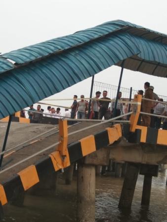 https: img-z.okeinfo.net content 2019 09 17 337 2106013 jembatan-dermaga-roro-di-siak-roboh-seorang-pegawai-dishub-hilang-65X6RKP5UM.jpg