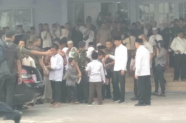 https: img-z.okeinfo.net content 2019 09 17 337 2106032 jokowi-bagikan-buku-ke-ratusan-anak-di-pekanbaru-qxxFMF4wQi.jpg