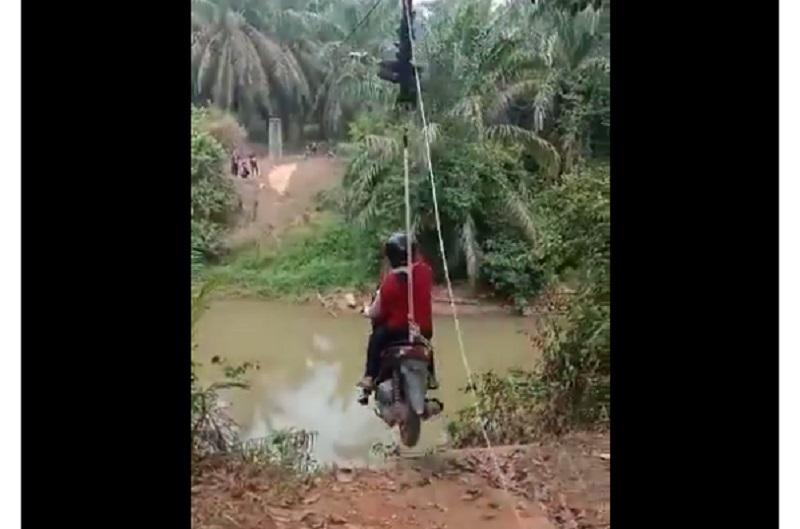 https: img-z.okeinfo.net content 2019 09 17 612 2105843 viral-di-medsos-penyeberangan-sungai-paling-kreatif-cuma-ada-di-indonesia-gkQMegVPOS.jpg