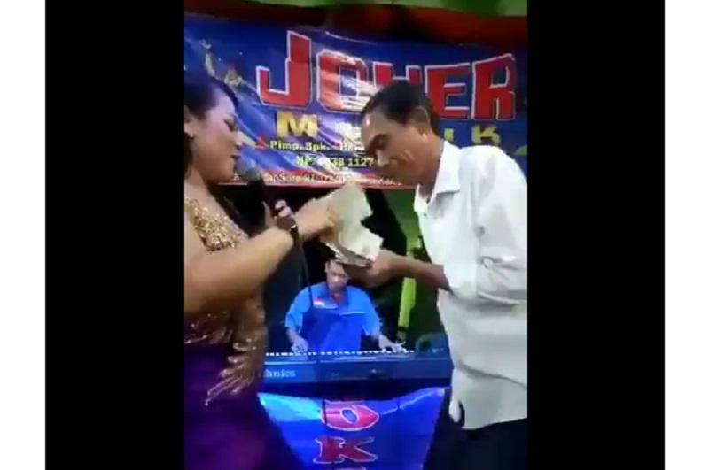 https: img-z.okeinfo.net content 2019 09 18 612 2106193 viral-di-medsos-jokowi-nyawer-penyanyi-dangdut-di-hajatan-nikah-olw9Fz89dL.jpg