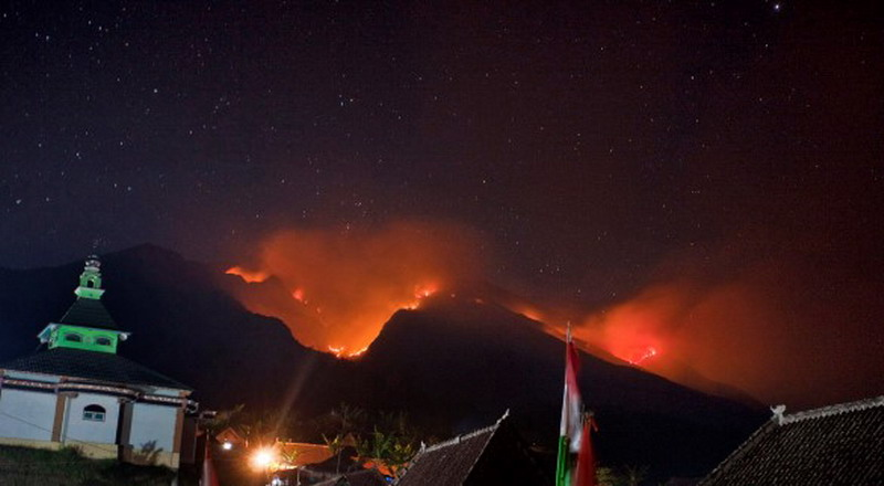 https: img-z.okeinfo.net content 2019 09 19 512 2107065 api-di-gunung-merbabu-bakar-3-km-pipa-sumber-air-WIDNdNGh0m.jpg