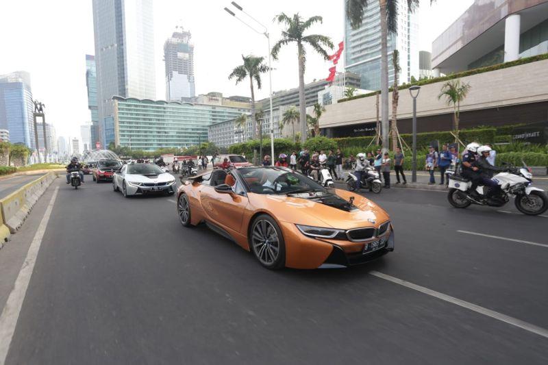 https: img-z.okeinfo.net content 2019 09 20 52 2107449 bmw-terjunkan-i8-roadster-dalam-konvoi-menyambut-formula-e-jakarta-MvYdLLKWaX.jpg