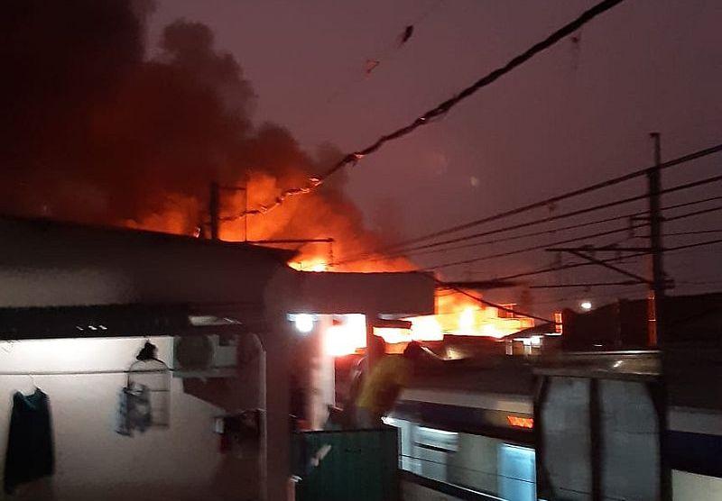 https: img-z.okeinfo.net content 2019 09 22 338 2107971 kebakaran-rumah-terjadi-di-kedoya-24-mobil-damkar-dikerahkan-g8Bgm7Hrrh.jpg