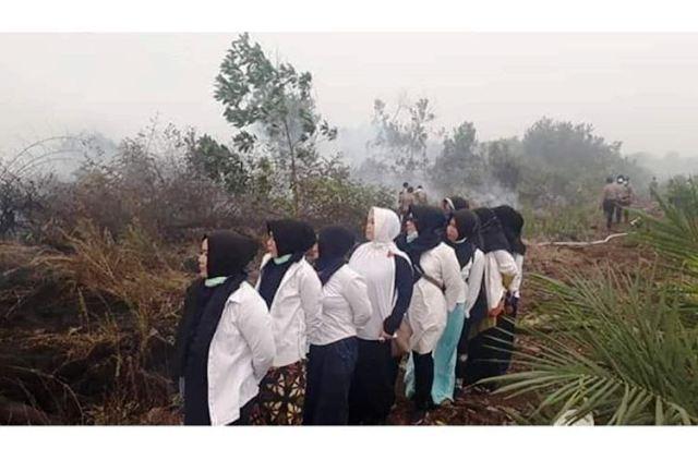 https: img-z.okeinfo.net content 2019 09 23 340 2108397 viral-kelompok-emak-emak-berfoto-ria-di-lokasi-kebakaran-lahan-wAnwKwTNWi.jpg