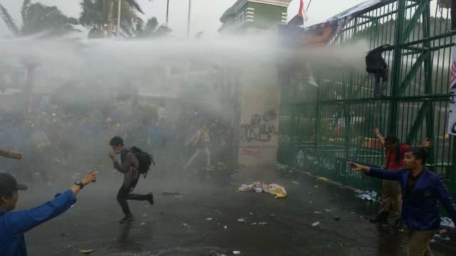 https: img-z.okeinfo.net content 2019 09 25 337 2109078 254-mahasiswa-dan-39-polisi-masuk-rumah-sakit-akibat-demo-ricuh-di-dpr-26NfK9bTLM.jpg