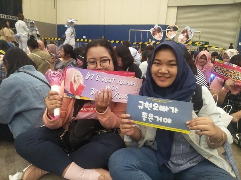 https: img-z.okeinfo.net content 2019 09 28 205 2110520 penonton-keluhkan-molornya-jadwal-acara-super-k-pop-festival-indonesia-2019-IdDRXLYLcY.jpeg