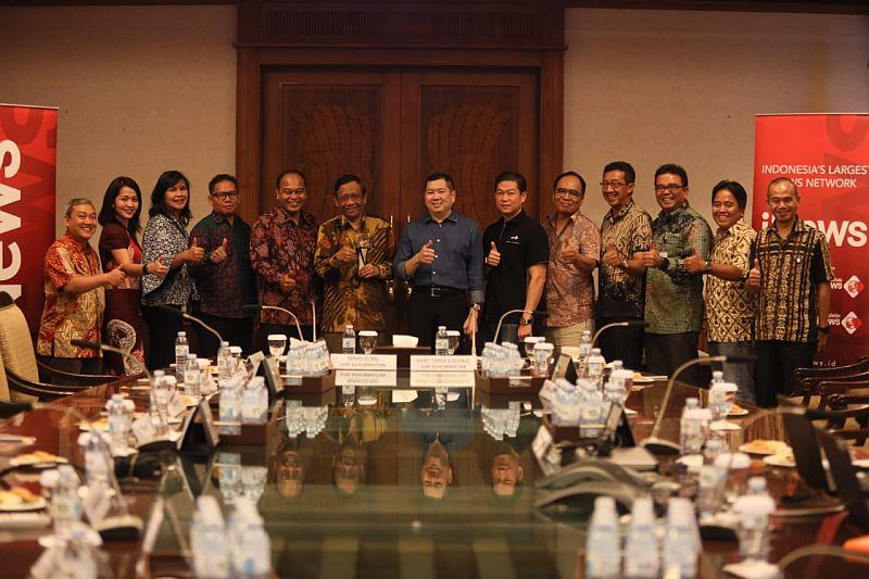 https: img-z.okeinfo.net content 2019 09 30 337 2111242 indonesia-awards-2019-apresiasi-konsistensi-bangun-negeri-mahfud-md-jadi-juri-kehormatan-2U4YaO6MV5.jpg