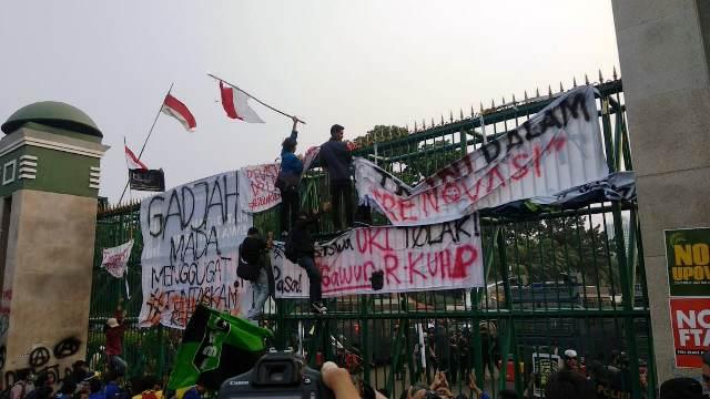 https: img-z.okeinfo.net content 2019 10 01 337 2111368 aliansi-bem-seluruh-indonesia-akan-geruduk-gedung-dpr-4CmYHD7X13.jpg