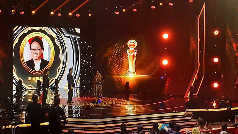 https: img-z.okeinfo.net content 2019 10 03 337 2112611 indonesia-awards-2019-menlu-retno-raih-penghargaan-pejabat-publik-bgmVOQSUpY.jpg