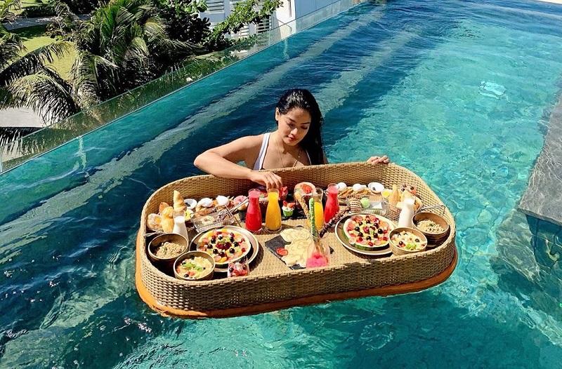 https: img-z.okeinfo.net content 2019 10 04 406 2112892 intip-5-artis-berbikini-sambil-nikmati-sensasi-floating-breakfast-PPV4Gp9Gxb.jpg