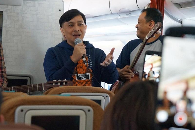https: img-z.okeinfo.net content 2019 10 05 205 2113287 yovie-widianto-dan-kahitna-akustikan-di-pesawat-jelang-batik-music-festival-m43Uhvc2sa.jpeg