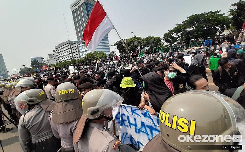 https: img-z.okeinfo.net content 2019 10 06 337 2113547 lsi-mayoritas-publik-sepakat-demo-mahasiswa-tak-ditunggangi-kepentingan-politik-bRDcb4JEcX.jpg