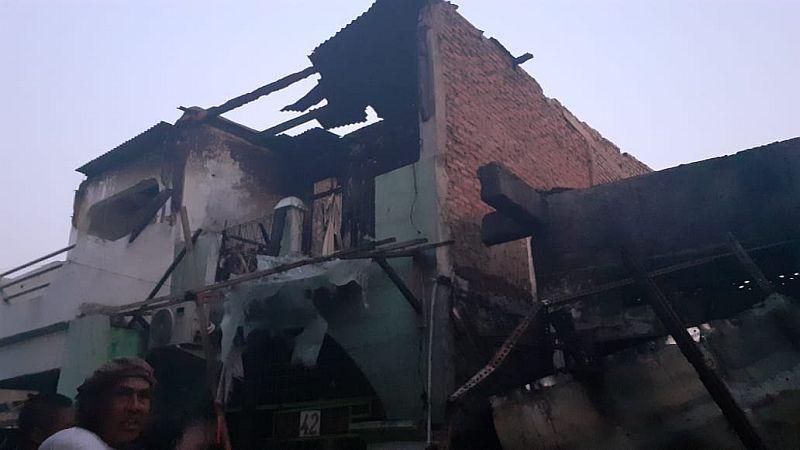 https: img-z.okeinfo.net content 2019 10 06 338 2113553 warga-tamansari-berhamburan-tatapi-puing-rumah-sisa-kebakaran-Nzt6D3c9z8.jpg
