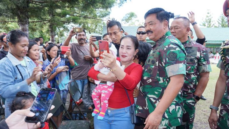 https: img-z.okeinfo.net content 2019 10 08 337 2114445 panglima-tni-kunjungi-pengungsi-kerusuhan-wamena-qkTaRskufq.jpg